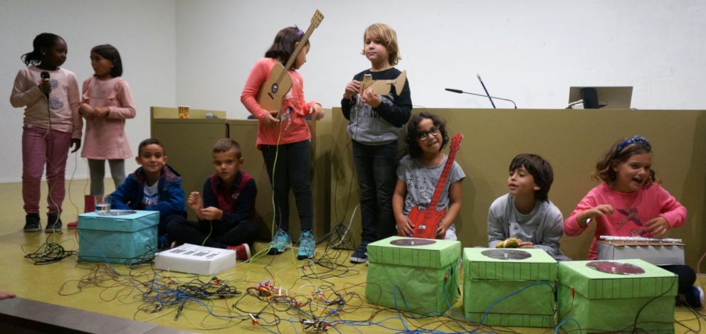 Estudiants activitat Makey Makey